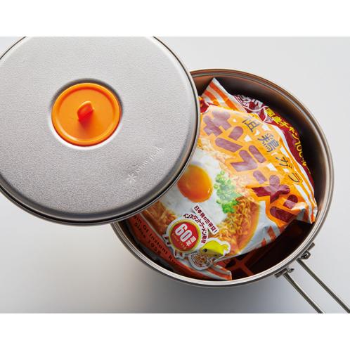 生卵と麺をぴったり収納できる<br>チキンラーメン60周年チタンクッカー