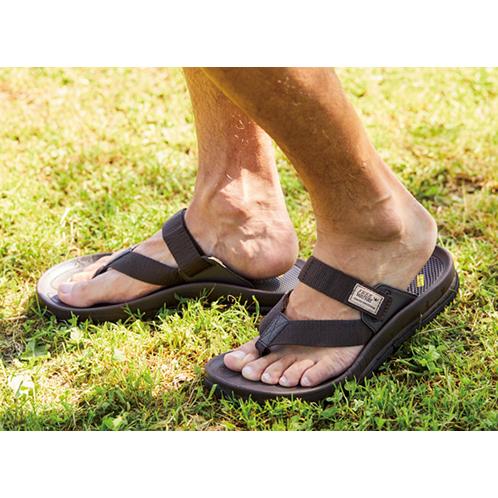 ベルトが太くて足にやさしい!<br>足の甲をホールドできる「歩けるビーサン」