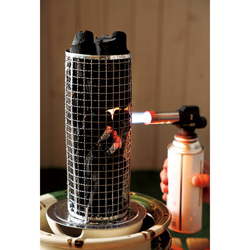 焦がさずに焼ける織部焼の炭火串焼きコンロ 串匠