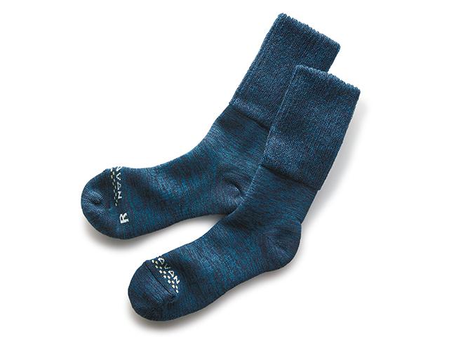 この技術、特許取得済みです!左右の足の形に合わせたメリノウールソックス